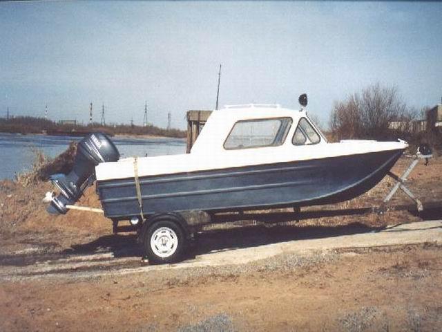 Лодка на трейлере на испытаниях
