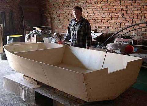 Лодка, собранная на скрепках.