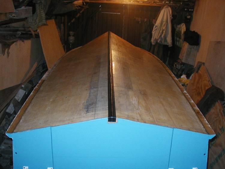 Наклеивание защитной ПВХ-ленты на киль лодки.