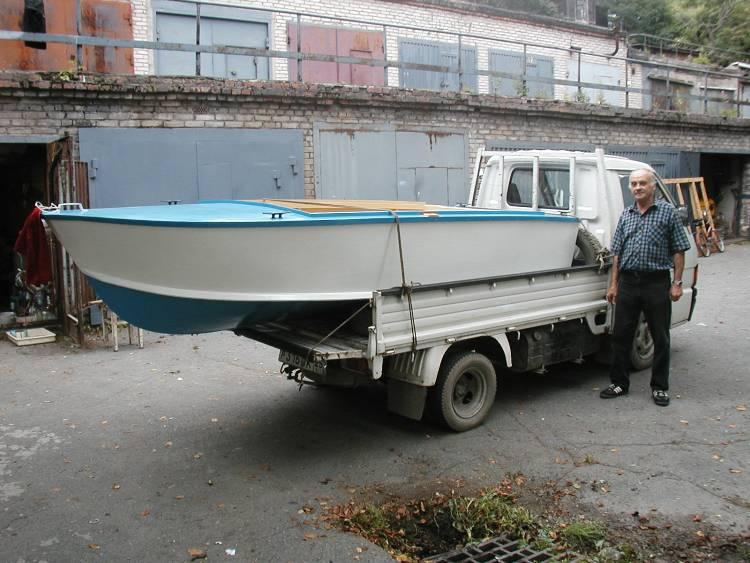 Готовая лодка вывозится на лодочную стоянку.