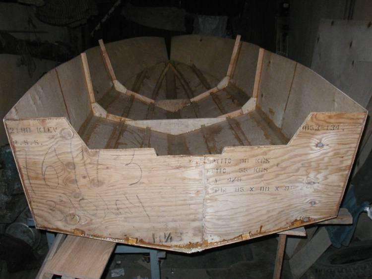 Установлен набор и бортовые листы обшивки с кормы по 1-й шпангоут.