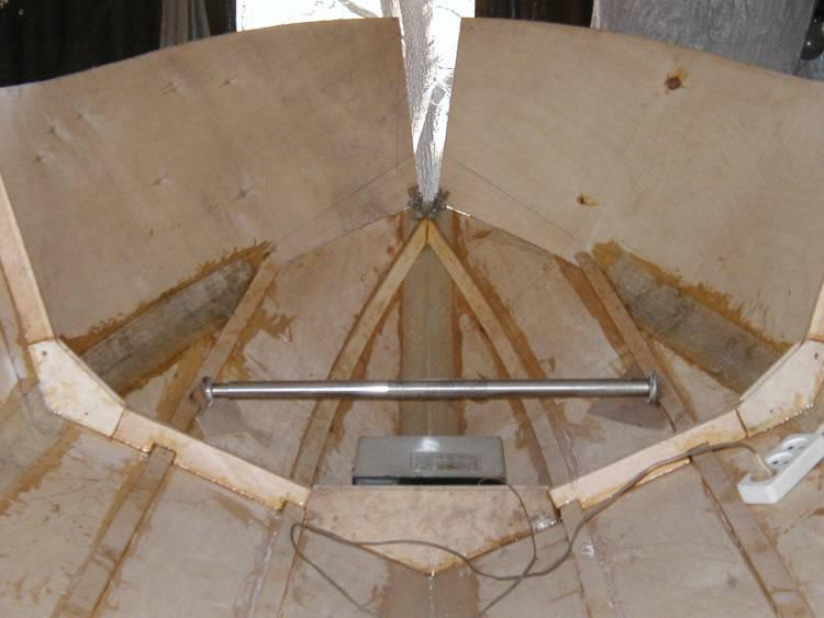 Листы обшивки в носу лодки в процессе стыковки. Вид изнутри.